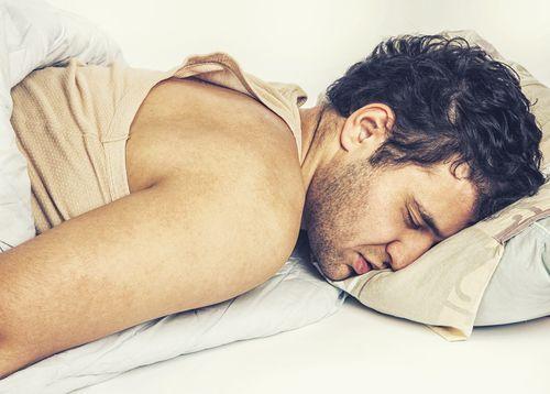 man-sleeping-bed-build-muscle